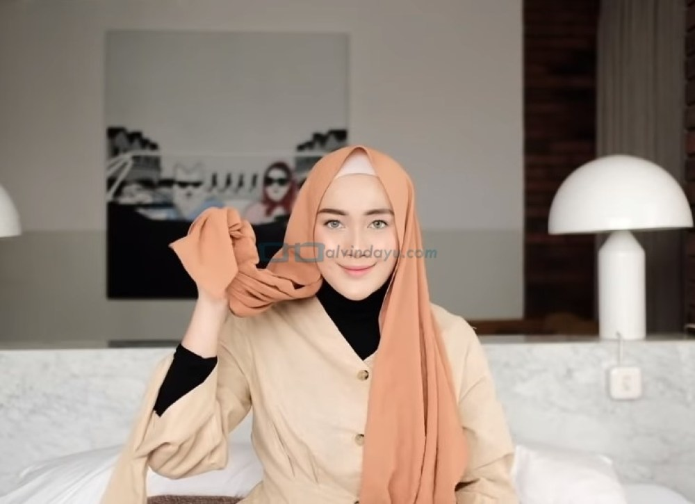 Tutorial Hijab Pashmina Simple untuk Remaja Kuliah, Pastikan Salah Satu Sisi Hijab Lebih Panjang