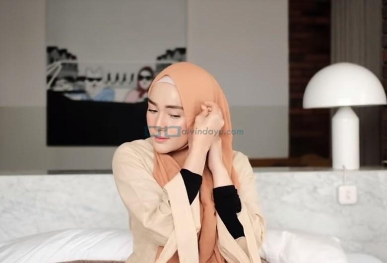 Tutorial Hijab Pashmina Simple untuk Remaja Kuliah, Sematkan Jarum Pentul pada Hijab