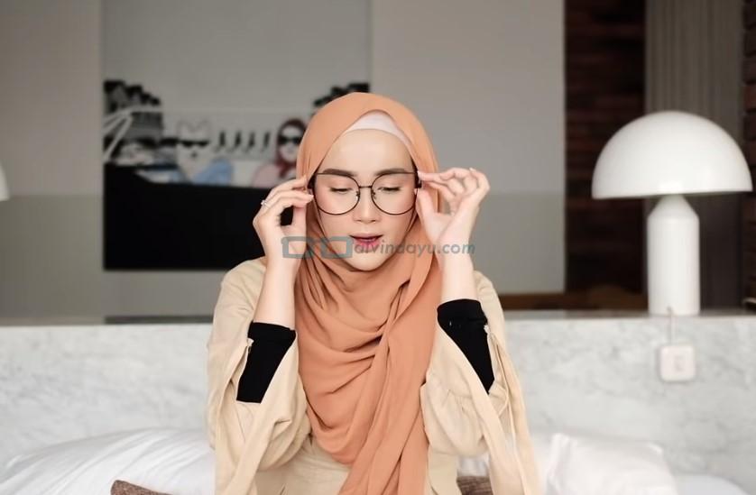 Tutorial Hijab Pashmina Simple untuk Wajah Bulat dan Berkacamata, Kenakan Kacamata dengan Rapi