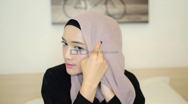 Tutorial Hijab Pashmina Syari, Bawa Sisi Hijab Ke Samping Sisi yang Lainnya