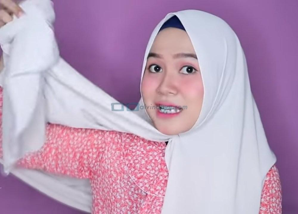 Tutorial Hijab Pashmina Wajah Bulat Agar Terlihat Tirus, Ambil Sisi Hijab yang Panjang