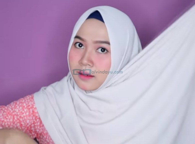 Tutorial Hijab Pashmina Wajah Bulat Agar Terlihat Tirus, Bawa Sisi Hijab Panjang Keatas Kepala
