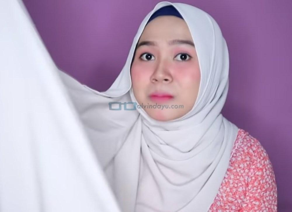 Tutorial Hijab Pashmina Wajah Bulat Simple dan Mudah untuk Remaja, Ambil Sisi Hijab yang Lebih Panjang