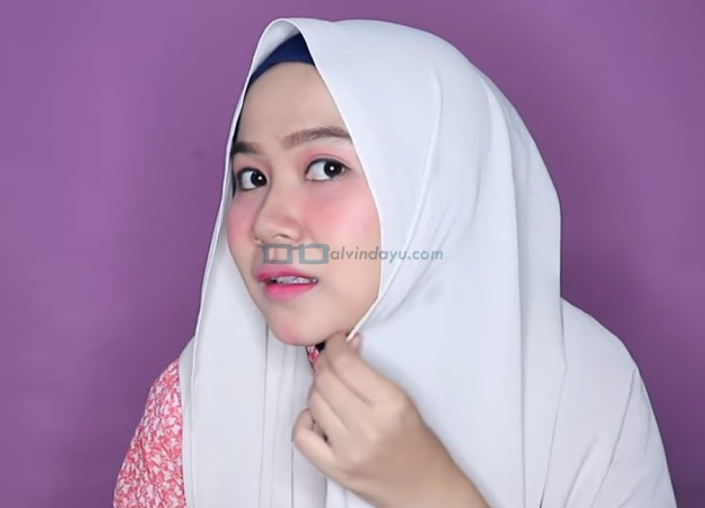 Tutorial Hijab Pashmina Wajah Bulat Simple dan Mudah untuk Remaja, Lipat Sedikit Sisi Hijab yang Lebih Pendek