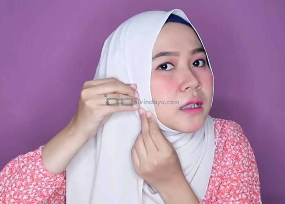 Tutorial Hijab Pashmina Wajah Bulat Simple dan Mudah untuk Remaja, Rapikan Hijab Agar Pipi Terlihat Tirus Lalu Sematkan Jarum Pentul