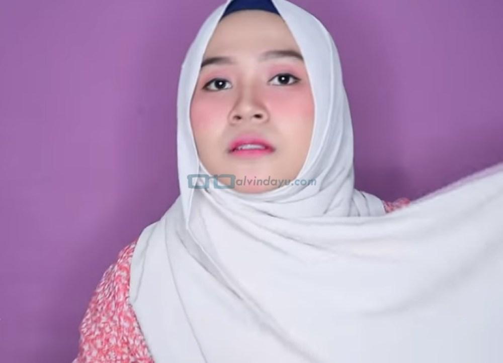 Tutorial Hijab Pashmina Wajah Bulat untuk Syari Menutup Dada, Bawa Sisi Hijab yang Panjang Keatas Bahu