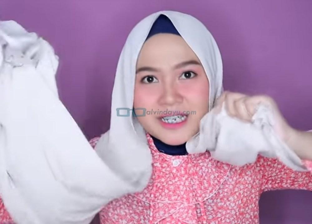 Tutorial Hijab Pashmina Wajah Bulat untuk Syari Menutup Dada, Buat Salah Satu Sisi Hijab Lebih Panjang