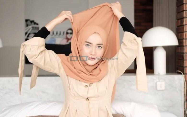 Tutorial Hijab Pashmina untuk Kuliah Simple Ala Selebgram, Bawa Hijab Pashmina Panjang Hingga ke Atas Kepala