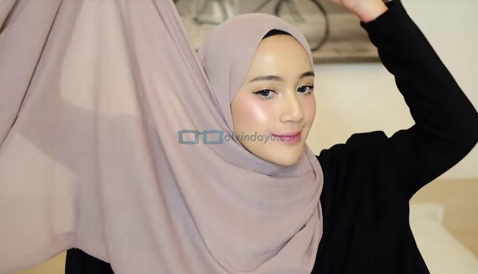 Tutorial Hijab Pashmina untuk Remaja, Ambil Salah Satu Sisi Hijab untuk Dibawa Keatas Kepala