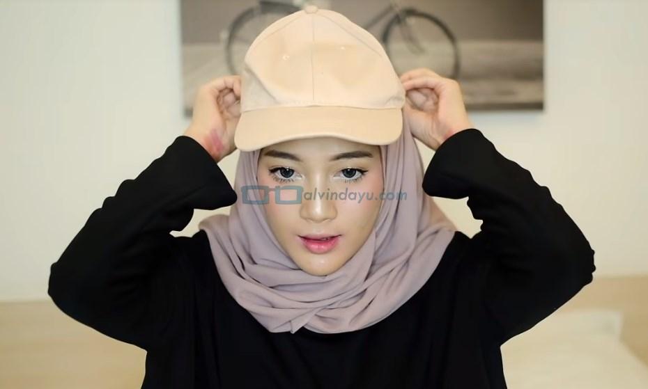 Tutorial Hijab Pashmina untuk Remaja, Gunakan Aksesoris Topi Hijab Kekinian