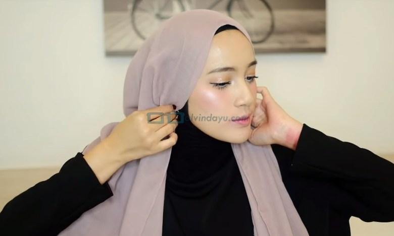 Tutorial Hijab Pashmina untuk Remaja, Lipat Kedua Sisi Samping Hijab dengan Rapi