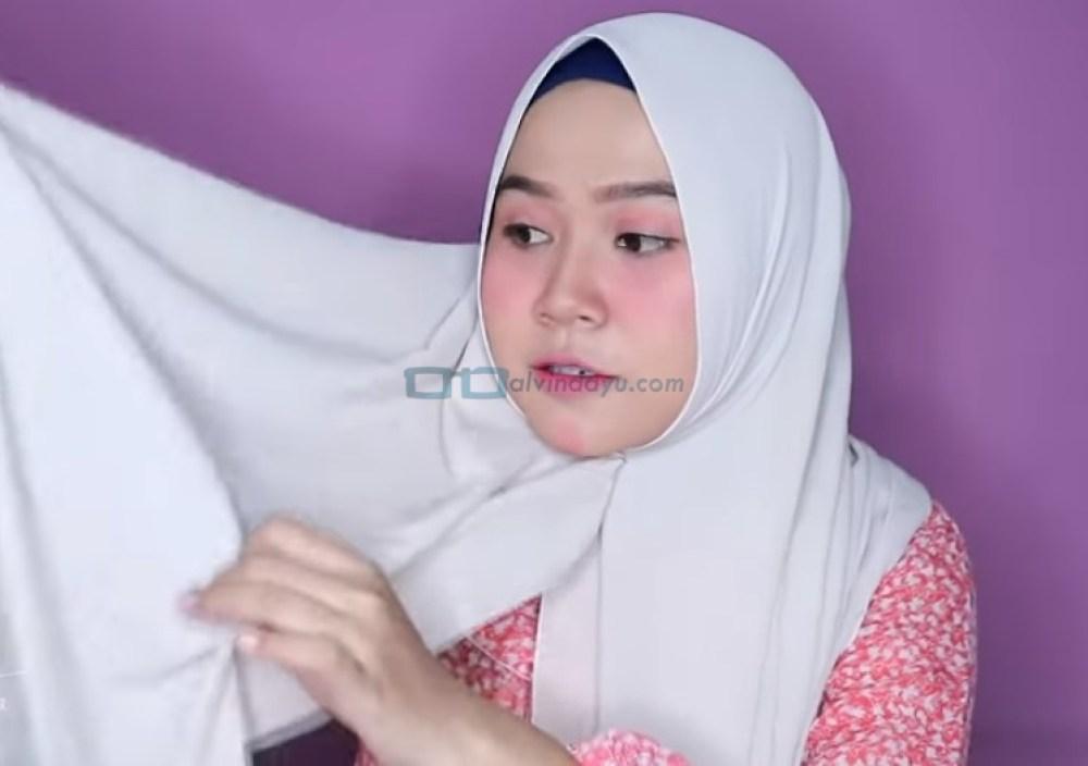 Tutorial Hijab Pashmina untuk Wajah Bulat dan Gemuk Tembem, Ambil Salah Satu Sisi Hijab