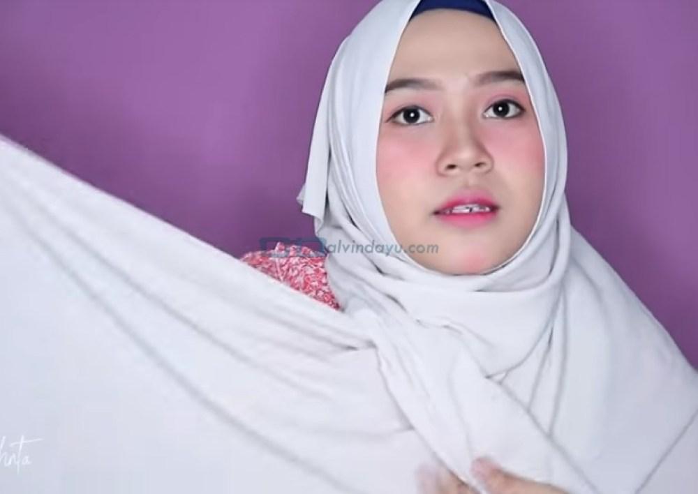 Tutorial Hijab Pashmina untuk Wajah Bulat dan Gemuk Tembem, Bawa Sisi Hijab yang Lainnya Keatas Kepala Juga