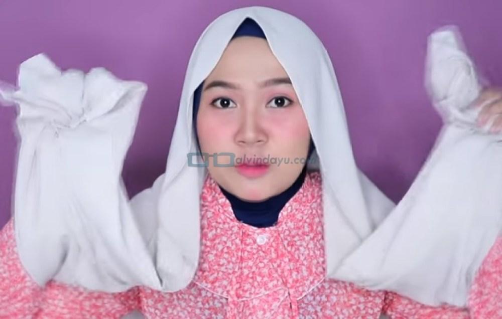 Tutorial Hijab Pashmina untuk Wajah Bulat dan Gemuk Tembem, Buat Kedua Sisi HIjab Sama Panjang
