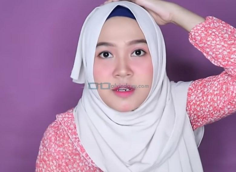 Tutorial Hijab Pashmina untuk Wajah Bulat dan Gemuk Tembem, Sematkan Jarum Pentul