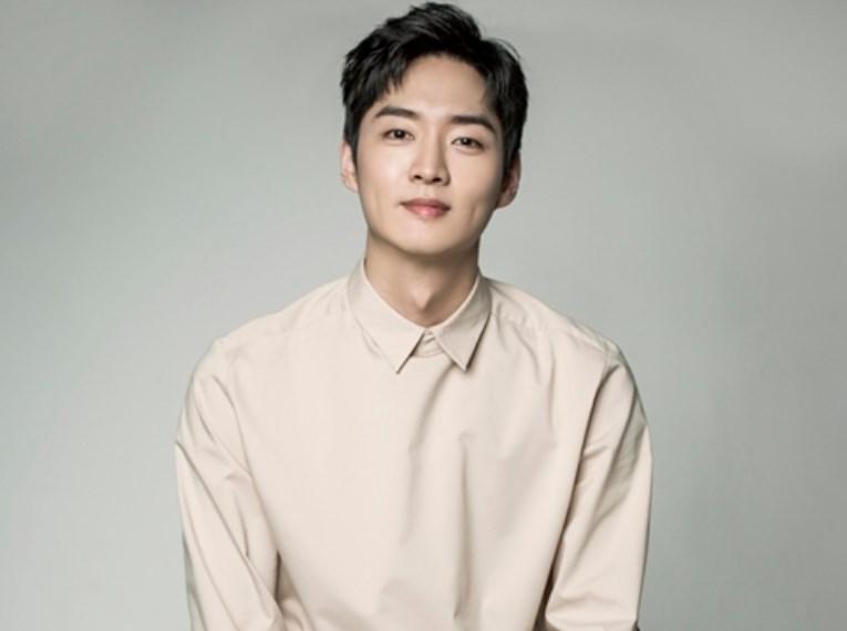 Kang Young Suk sebagai Kang Joon Woo