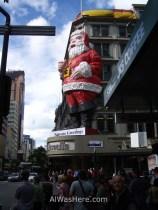 Starbucks, Santa Claus... el downtown es muy similar al de otras ciudades modernas de Australia o Norteamérica