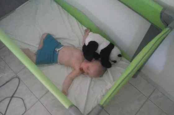 Slapen in een campingbedje