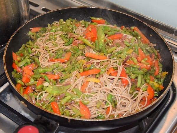 noodles-snijbonen-paprika-in-pan