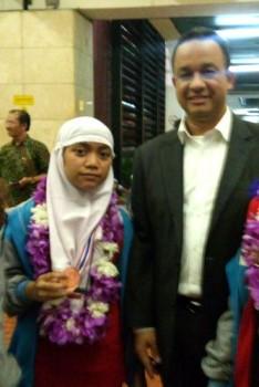 SAMBUTAN ISTIMEWA: Pravieta mendapatkan kalungan bunga dari Bapak Mendikbud Prof. Anies Baswedan, Ph.D di Bandara Soekarno-Hatta