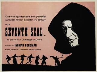 """Ortaçağ'da geçen bu Bergman filminin bir tarafında, savaştan bıkmış bir şövalye, diğer tarafında da köyleri dolaşıp gösteri düzenleyen küçük bir akrobat grubu var. Şövalye Tanrı adına savaşır, fakat vebanın ve insanoğlunun yol açtığı tahribatı görünce Tanrı'dan şüphe etmeye başlar. Bir süre sonra şövalyenin bir ziyaretçisi olur: Ölüm. Ama şövalye boyun eğmez ve Ölüm'ü satranç oyununa davet eder. Kaybederse, Ölüm'ün canını almasına itirazı olmayacaktır. Diğer tarafta da akrobat """"iyimser"""" bir aile, yolculukları sırasında yobaz dincilerle karşılaşır. Aile, yobazların Tanrı'nın emirleri gereği kırbaçlama törenleri düzenlemelerine ve """"dinsizleri"""" yakmalarına tanık olur. Film baştan sona Tanrı'yı, yaşamı ve ölümü sorgular. Bir rahibin çocuğu olan Bergman'ın geçmişinin etkilerini doğrudan görebileceğiniz ağır ve varoluşçu bir filmdir. Filmin, 1957'de Cannes'da jüri özel ödülü aldığını da hatırlatalım."""