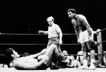 Muhammed Ali, 1964, 1974, 1978 yıllarında olmak üzere 3 kez dünya ağır sıklet boks şampiyonluğunu kazandı.