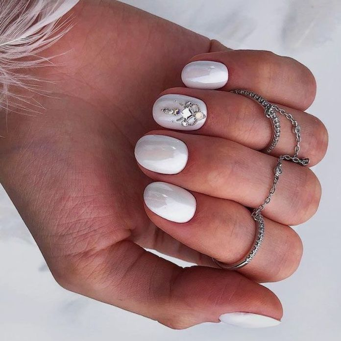 accent-nails-easy-ways-mani-total-white 2020 Fantastic Nail Design Ideas with Simple Accents