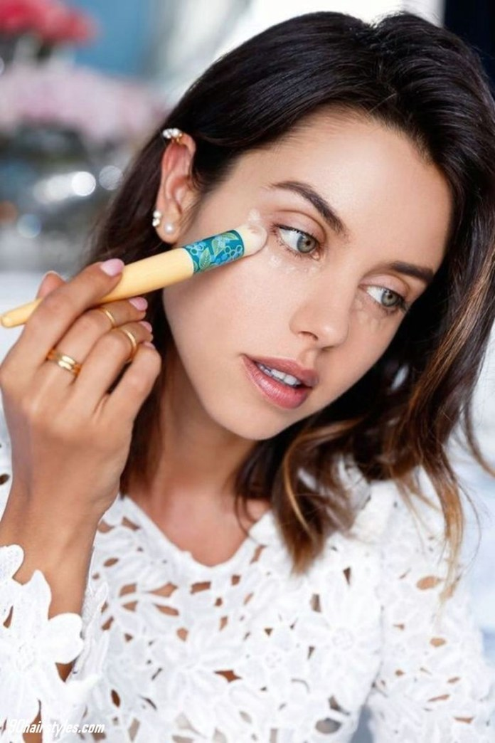 1-Applying-powder-with-canvas 6 Steps to Apply Makeup for Beginners