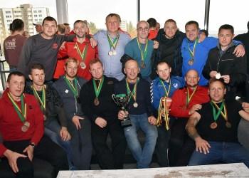 """Lietuvos senjorų (35+) futbolo pirmenybių bronzą susigrąžinusi Alytaus """"Dainavos"""" komanda"""