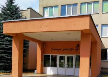 Beveik pusė visų šimtukininkų  - 33 - šiemet Jotvingių gimnazijoje, 26 – A. Ramanausko-Vanago , 10 – Šv. Bendikto, 8  – Putinų gimnazijoje. Iš jų 2 abiturientai (Jotvingių ir A. Ramanausko-Vanago gimnazijų) gavo po 3 šimtukus, 10 - po 2 šimtukus (Jotvingių gimnazijos – 6, Šv. Benedikto gimnazijos – 3, A. Ramanausko-Vanago gimnazijos – 1)