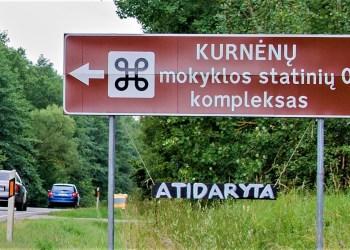 Kurnėnų mokykla yra 7 km atstumu nuo Alytaus miesto važiuojant link Simno, prie kelio 131, tik pravažiavus Luksnėnus. Ją galima pasiekti ir pakele įrengtu dviračių taku