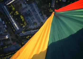 Jaunimo parke Alytuje buvo pakelta 100 metrų ilgio tautinė vėliava