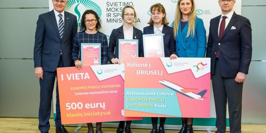 """Alytaus """"Volungės"""" progimnazijos aštuntokės U. Juonytė L. Siauraitytė  (ekonomikos ir technologijų mokytoja metodininkė R. Mockevičienė) nugalėjo nacionaliniame konkurso finale, kuriame jėgas mėgino iš viso 1 tūkst. Lietuvos mokinių"""