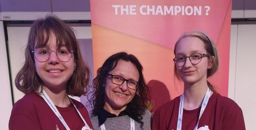 U. Juonytė (kairėje) ir L. Siauraitytė ir jų mokytoja R. Mockevičienė (viduryje) kaip komanda dalyvavo ne viename finansinio raštingumo konkurse