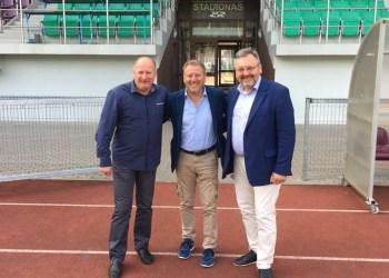 """Perudžos (Italija) AC """"Perugia"""" generalinis direktorius ir šio klubo futbolo akademijos vadovas M. Lucarini (nuotraukoje - viduryje) Alytaus miesto stadione su FA """"Dainava"""" direktoriumi R. Kantaravičiumi ir LFF viceprezidentu ir AAFF vadovu G. Daukšiu"""