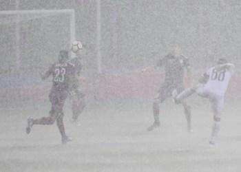 Liūties apsemtas Alytaus miesto stadionas. Europos lygos rungtynės buvo sustabdytos
