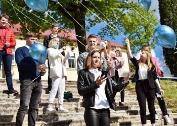 Į dangų kilo Daugų gimnazistų svajonių balionai