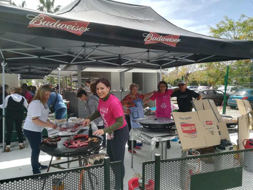 Voluntarios preparando el Tapeo V Movida Solidaria Alzheimer Bigastro