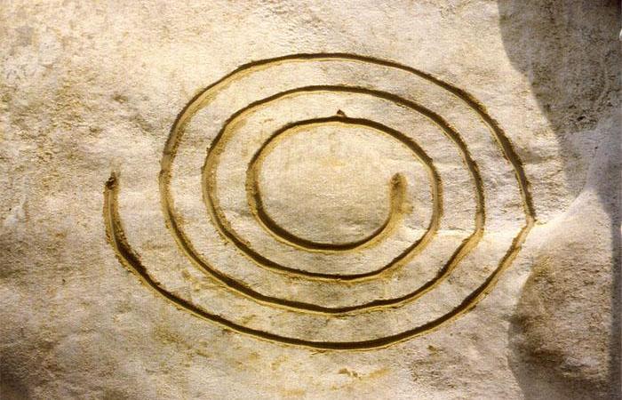 спирали на камнях