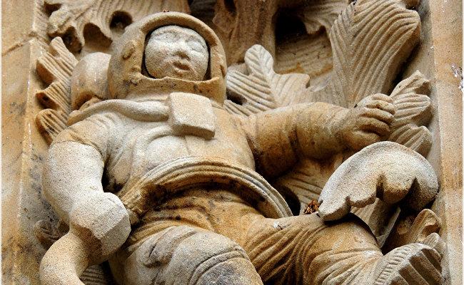 Средневековый космонавт на фасаде собора