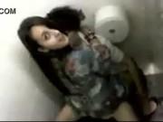Novinha dando pro amigo maconheiro no banheiro do shopping