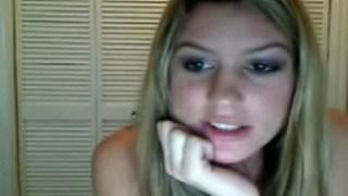 Ninfeta loirinha gostosa fazendo stripper na webcam