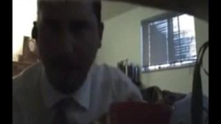 Corno desconfiado coloca câmera escondida no quarto do casal e flagra a esposa dando pro vizinho