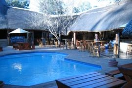 The swimming pool with bar and restaurant surrounding at Bingelela Lodge