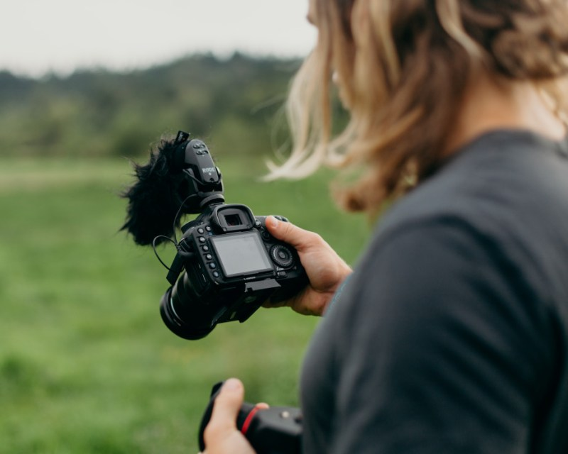 grass-walking-camera-photographer-film-guy-video-video-camera-videographer_t20_pYvK1j