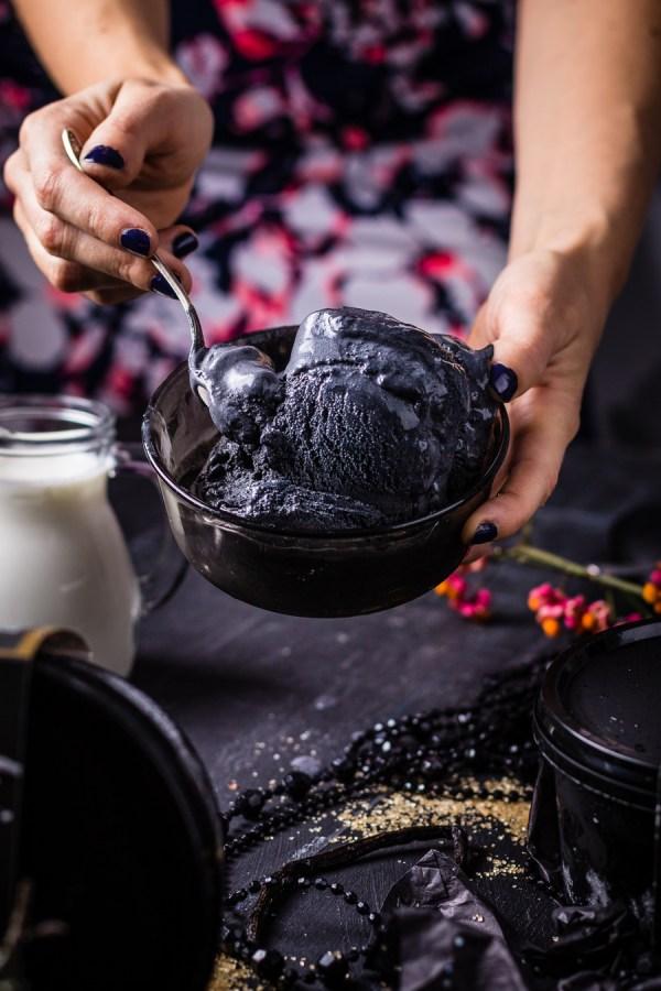ēdienu fotogrāfs un stilists Amalija Andersone Zemnieku Saldējums foto melnais saldējums