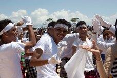 Bentena Butuni didominasi perempuan, penari laki-laki hanya sedikit dan menarı bersama di tengah-tengah. *lihat foto dari atas. Tarian terakhir saat menari bersama masyarakat, 'pecah' banget! Asli!