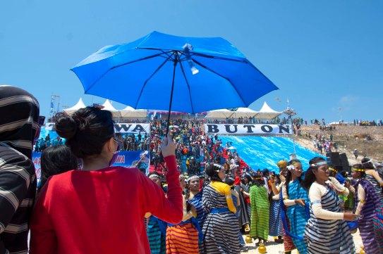 Saking panasnya, banyak juga yang bawa payung. Mungkin ibu ini lagi cari anaknya yang udah kelar nari