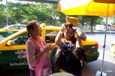Fika nyobain 'bando mangga'-nya punya ibu penjual mangga ketan. Itu mangga beneran loh.