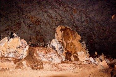 Ada area tengah gua yang sangat luas. Uda kaya bunderan gitu deh, kiri kanan penuh stalakmit dan dijadikan tempat perahu muter balik keluar